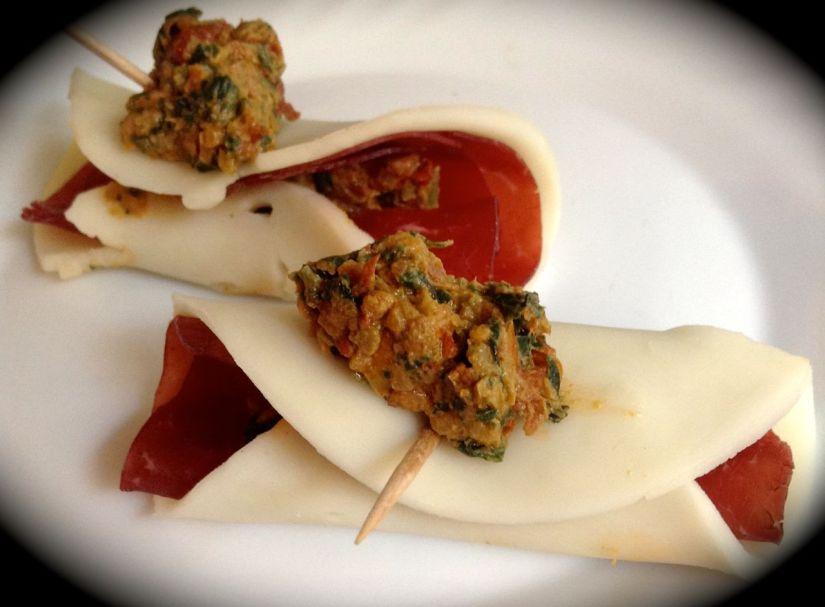 Sushi di bresaola e provola al pesto dipomodori